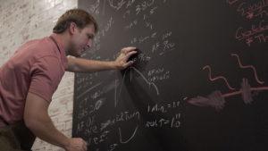 David Pittman, co-propriétaire de Peach Coffee Roaster, met à jour un profil de rôti.