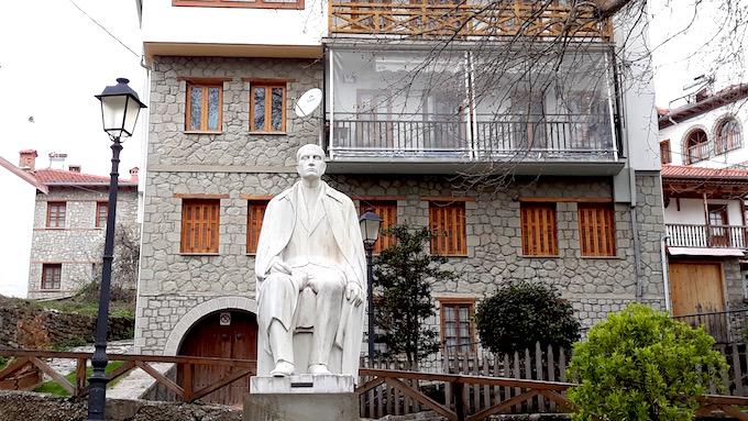 La statue du baron Michali Tositsas à Métsovo, Grèce