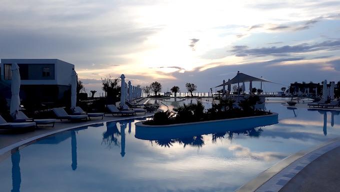 La piscine du Sani Beach Hotel dans la péninsule de Chalcidique