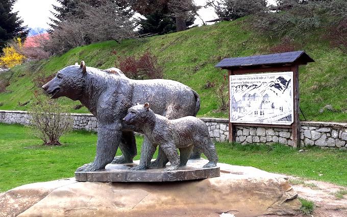 La statue des ours à Métsovo, Grèce