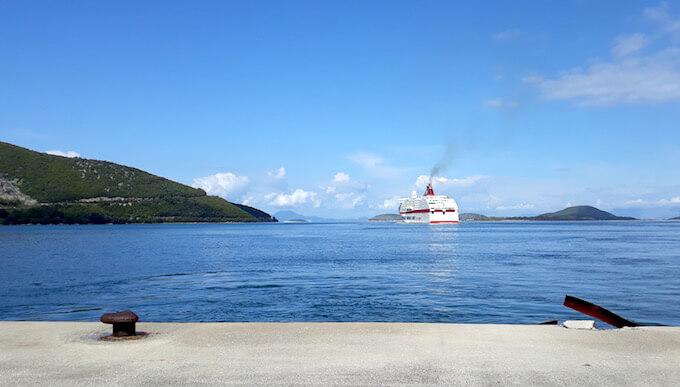 Lignes minoennes & # 39; Neva Cruise Europa quitte le port d'Igoumenitsa en Grèce