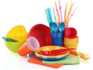 stoviglie di plastica colorate