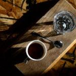 Buvez-vous le verre d'eau avant ou après le café? Voici ce que dit la science