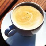 Juste une photo d'une tasse de café et le désir de faire une sieste disparaît
