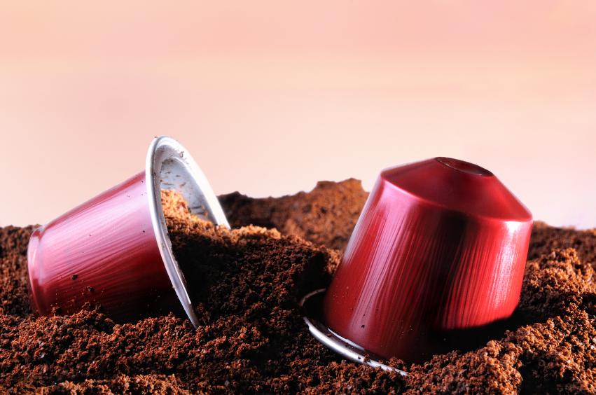 Capsules pour machine à café expresso sur tas de café moulu