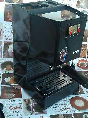 Gaggia / Une machine à café expresso classique en métal brillant noir