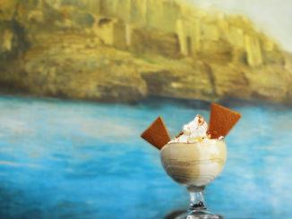 Polignano a Mare rend hommage aux 60 ans de Volare di Modugno avec une nouvelle coupe de glace