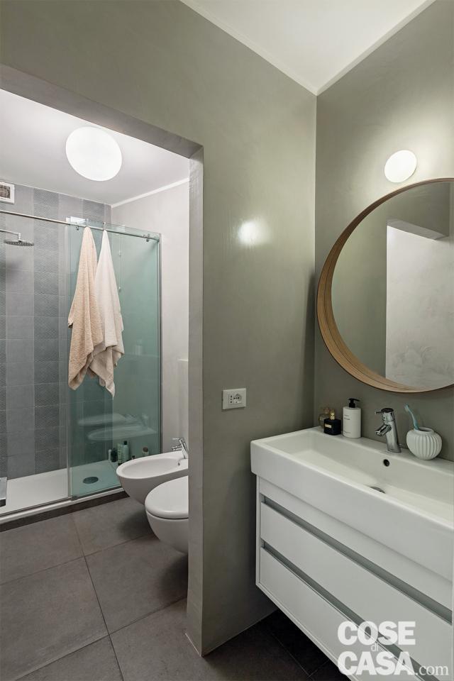 antichambre, meuble vasque mural, miroir ovale, robinetterie murale, robinetterie sanitaire, cabines de douche vitrées, revêtements de sol en grès