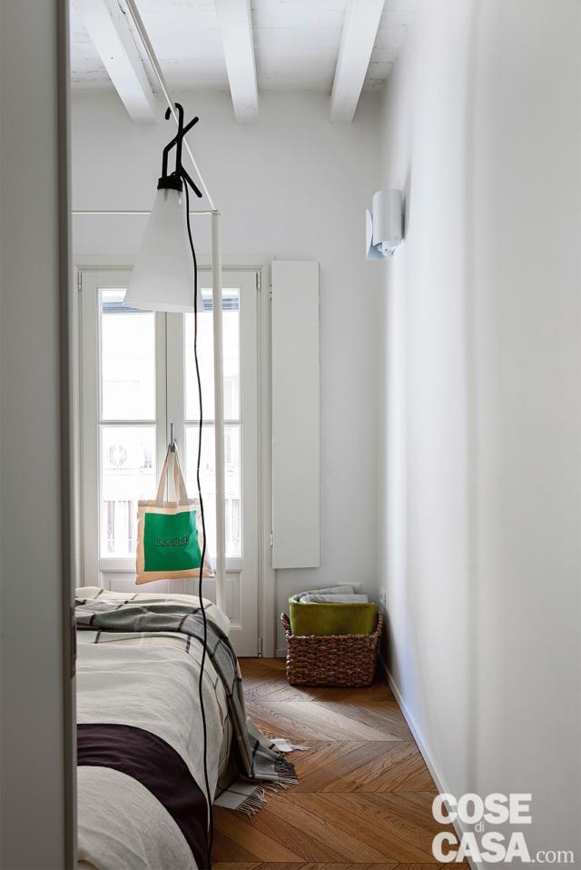 chambre double, poutres apparentes, lit à baldaquin, lampe fixée à la structure, parquet avec motif à chevrons