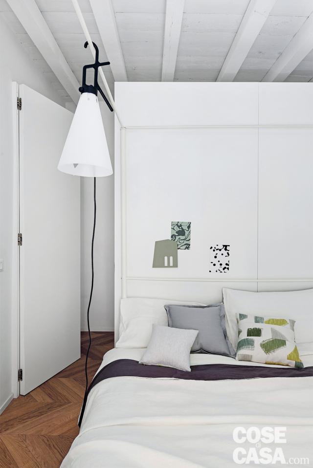 Chambre double, lit, lampe, entrée du dressing derrière le lit