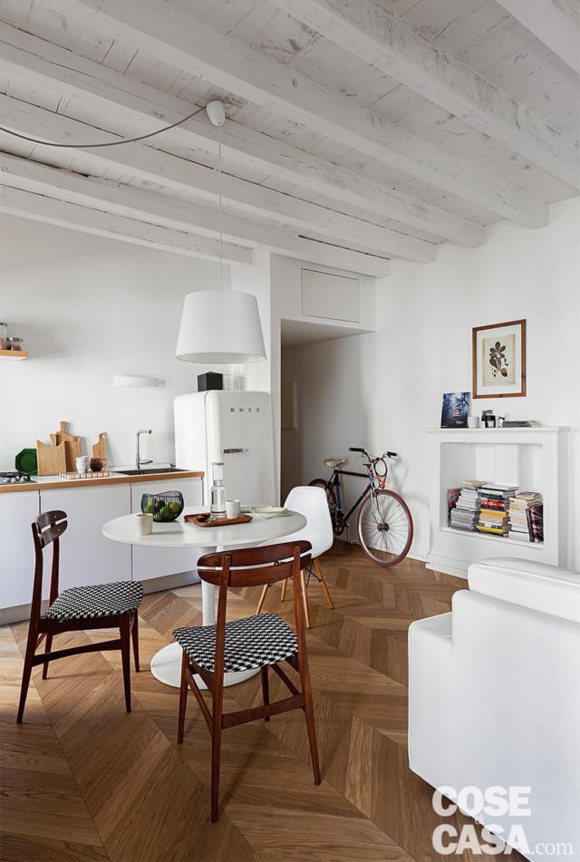 poutres apparentes, salon, table à manger, chaises en bois avec assise rembourrée, zone de cuisson, réfrigérateur des années 50