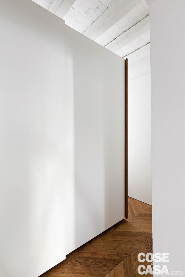 poutres apparentes, armoire à partitions à portes coulissantes, parquet