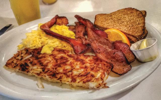 Petit déjeuner avec bacon et œufs brouillés (ph. Federica Maule)