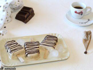 Crème glacée sur un bâton de crème et de café