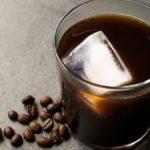 Quand l'été devient chaud, la tasse rencontre la glace: café froid, oui, mais créatif