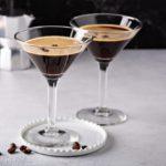 la recette d'un cocktail de café et de vodka dans une tasse à Martini