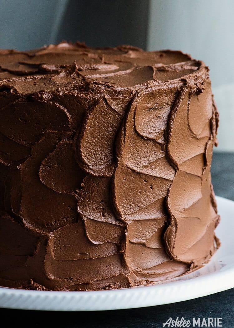 cette crème au beurre de ganache au chocolat est le meilleur des deux mondes, une saveur riche et un glaçage onctueux