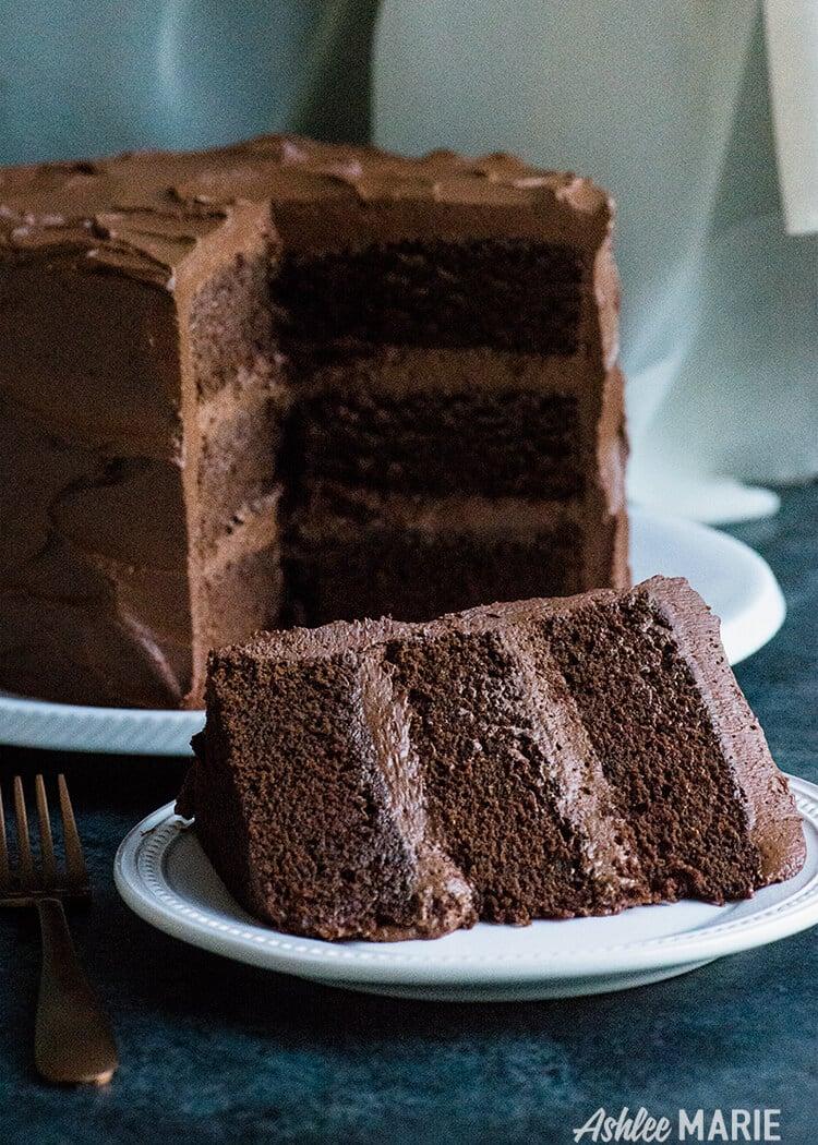 le gâteau au chocolat parfait avec un incroyable glaçage au beurre de ganache au chocolat - tutoriel vidéo