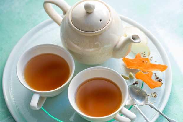 Curcuma CHai Thé dans deux tasses avec une théière