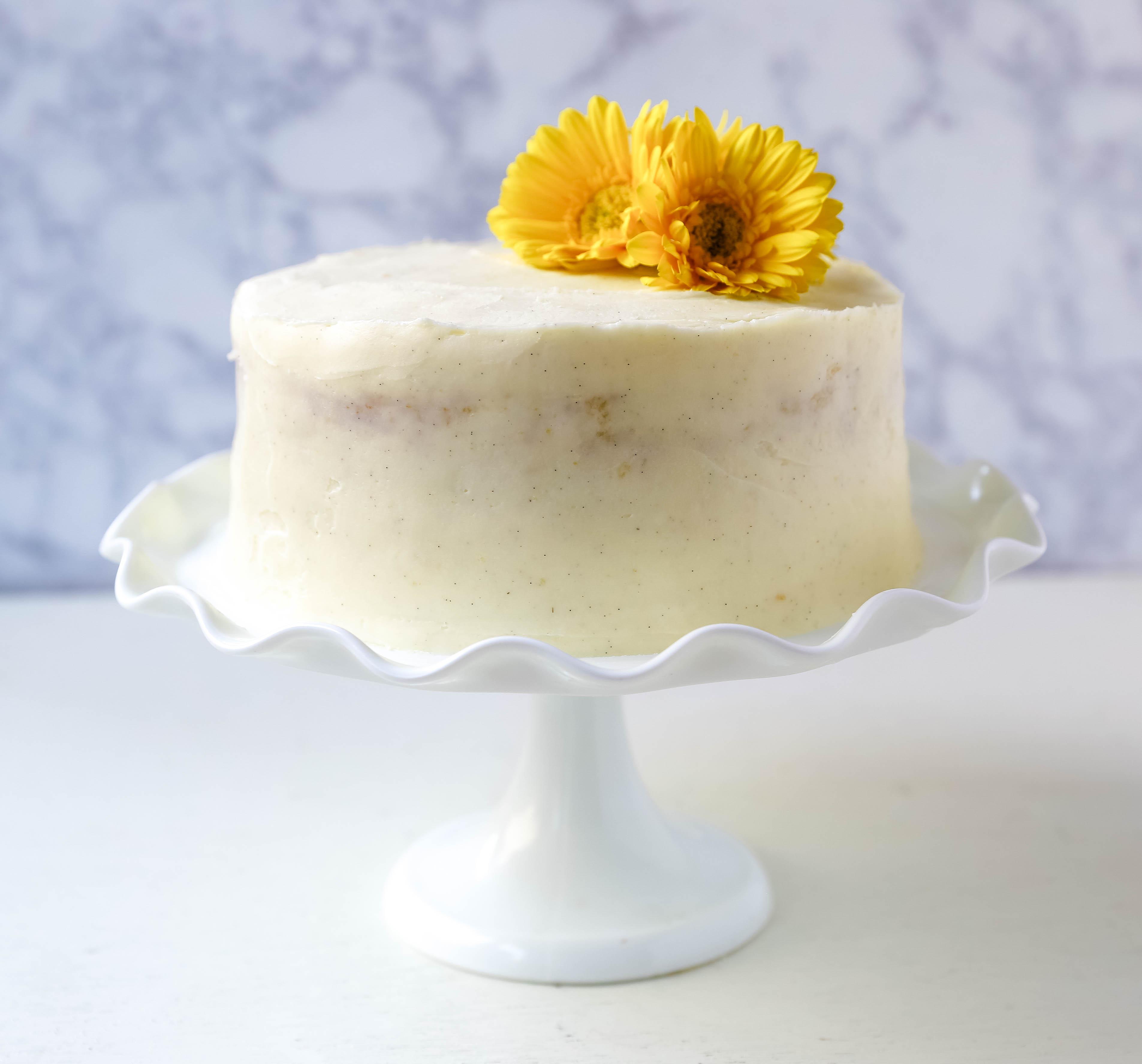 Recette Gâteau Vanille. La meilleure recette de gâteau à la vanille faite maison avec un glaçage au beurre et à la vanille de gousse de vanille. www.modernhoney.com #vanillacake #cake #cakerecipe #vanillacakerecipe