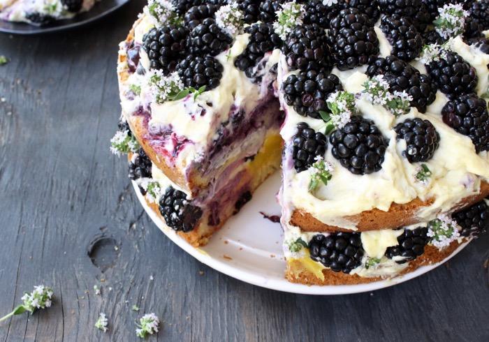 Recette de gâteau à l'huile d'olive en tranches avec des baies sur une assiette