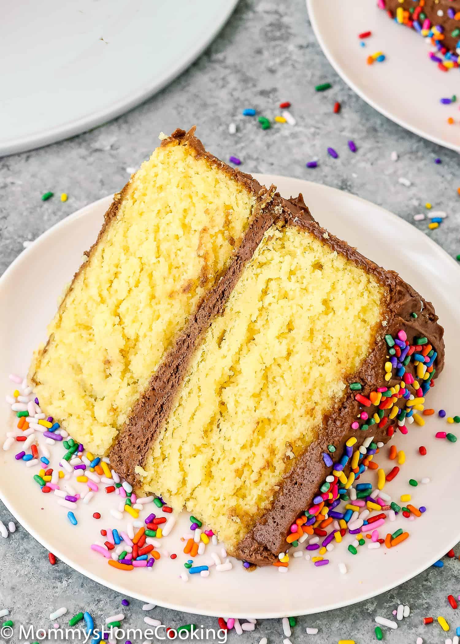 """Est-ce que vous ou quelqu'un que vous aimez êtes allergique aux œufs? Ou avez-vous juste manqué d'œufs? Ne paniquez pas! Vous pouvez toujours faire ce gâteau en boîte dont vous avez envie. Apprenez mon astuce sur comment faire une boîte de mélange de gâteau sans oeufs. Pratique pur et incroyablement délicieux! https://mommyshomecooking.com """"width ="""" 750 """"height ="""" 1050 """"srcset ="""" https://mommyshomecooking.com/wp-content/uploads/2018/05/How-to-Make-a-Cake-Mix -Box-without-Eggs-10.jpg 1500w, https://mommyshomecooking.com/wp-content/uploads/2018/05/How-tur-Make-a-Cake-Mix-Box-without-Eggs-10- 214x300.jpg 214w, https://mommyshomecooking.com/wp-content/uploads/2018/05/How-take-Make-a-Cake-Mix-Box-without-Eggs-10-768x1075.jpg 768w, https: //mommyshomecooking.com/wp-content/uploads/2018/05/How-take-make-a-Cake-Mix-Box-without-Eggs-10-700x980.jpg 700w """"tailles ="""" (largeur maximale: 750px ) 100vw, 750px"""