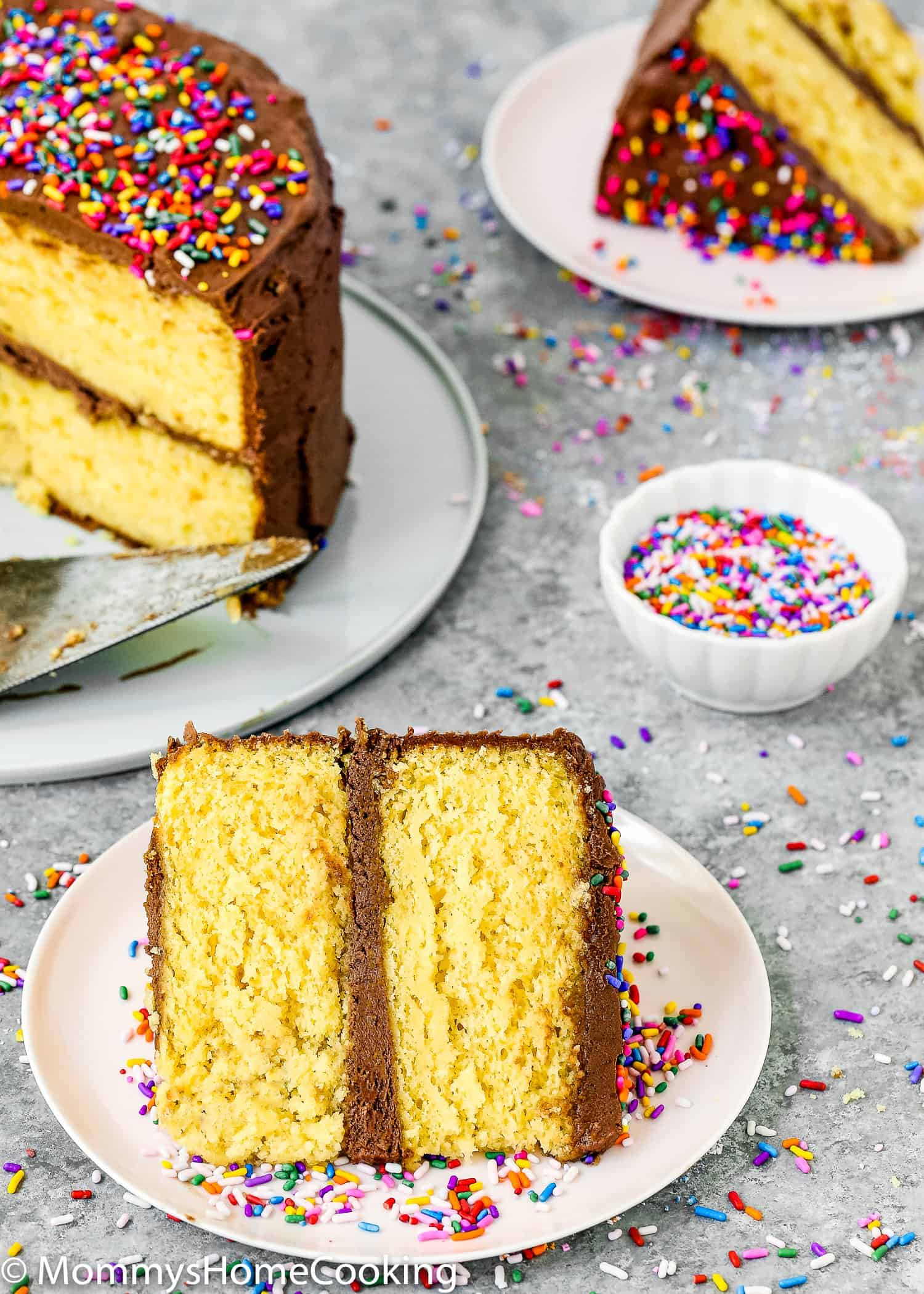 """Est-ce que vous ou quelqu'un que vous aimez êtes allergique aux œufs? Ou avez-vous juste manqué d'œufs? Ne paniquez pas! Vous pouvez toujours faire ce gâteau en boîte dont vous avez envie. Apprenez mon astuce sur comment faire une boîte de mélange de gâteau sans oeufs. Pratique pur et incroyablement délicieux! https://mommyshomecooking.com """"width ="""" 750 """"height ="""" 1050 """"srcset ="""" https://mommyshomecooking.com/wp-content/uploads/2018/05/How-to-Make-a-Cake-Mix -Box-without-Eggs-5.jpg 1500w, https://mommyshomecooking.com/wp-content/uploads/2018/05/How-tur-Make-a-Cake-Mix-Box-without-Eggs-5- 214x300.jpg 214w, https://mommyshomecooking.com/wp-content/uploads/2018/05/How-take-Make-a-Cake-Mix-Box-without-Eggs-5-768x1075.jpg 768w, https: //mommyshomecooking.com/wp-content/uploads/2018/05/How-take-make-a-Cake-Mix-Box-without-Eggs-5-700x980.jpg 700w """"tailles ="""" (largeur maximale: 750px ) 100vw, 750px"""