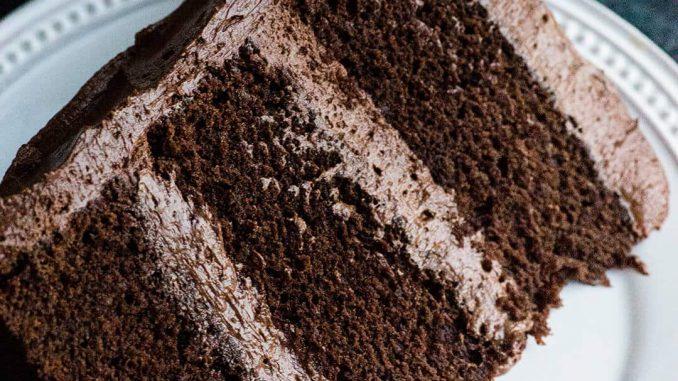 Recette de gâteau au chocolat parfait avec de la crème au beurre Ganche - riche, dense et délicieuse | Ashlee Marie