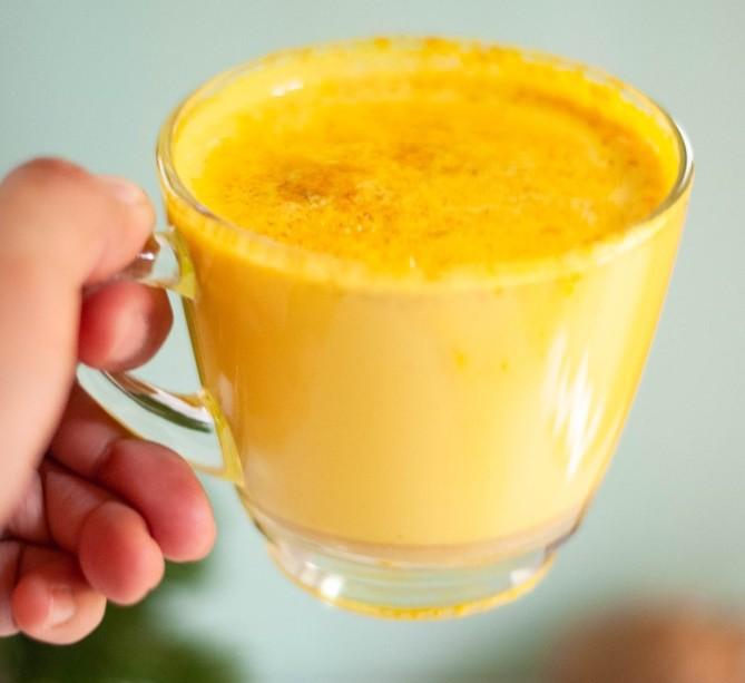 """https://ilfattoalimentare.it/ """"width ="""" 458 """"height ="""" 420 """"srcset ="""" https://ilfattoalimentare.it/wp-content/uploads/2019/10/caffe-giallo-curcuma-golden-milk. jpg 669w, https://ilfattoalimentare.it/wp-content/uploads/2019/10/caffe-giallo-curcuma-golden-milk-300x275.jpg 300w, https://ilfattoalimentare.it/wp-content/uploads/ 2019/10 / caffe-giallo-curcuma-golden-milk-450x412.jpg 450w, https://ilfattoalimentare.it/wp-content/uploads/2019/10/caffe-giallo-curcuma-golden-milk-600x550.jpg 600w """"tailles ="""" (largeur maximale: 458px) 100vw, 458px """"/> Le monde du café</strong> est de plus en plus variée: outre l'espresso, l'américain, le macchiato ou le déca, l'orge et le ginseng, de nouvelles boissons font leur apparition et promettent de répondre aux besoins de ceux qui recherchent des aliments de santé utiles, car elles sont enrichies en substances spécifiques. propriétés fonctionnelles, ou sans gluten, lactose ou sucres ajoutés. Au bar, des """"cafés"""" aux couleurs improbables allant du jaune au vert, du rose au bleu, sont également disponibles sur le réseau, en tant que produits solubles en sachets ou en capsules pour la machine à expresso, mais avec une recette différente. (plus vieux) que dans le bar.</p> <p><strong>Faire un tour dans certains</strong> Nous avons trouvé des boissons bleues appelées """"Unicorn Latte"""" présentées sans sucres ajoutés, sans lactose, sans gluten, sans graisses hydrogénées, sans sirop de glucose, sans colorants, avec des arômes naturels. Les ingrédients sont: <em>Édulcorants: maltitol, oligosaccharide d'isomalt (IMO); poudre de lait de coco, graisses de coco non hydrogénées, extrait de spiruline 2,1%, extrait de maca 2%, extrait de gingembre 2%, jus de citron déshydraté 2%, arômes naturels, protéines de lait, stabilisants: E340ii- E452; émulsifiants: E471 -E481i; agent anti-agglomérant: E551; agent de charge: érythritol; édulcorant: glycosides de stéviol</em>.</p> <p><strong>malgré</strong> le produit est exempt de sucres ajoutés, de lactose et de """