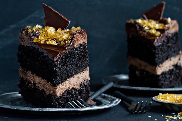 Le gâteau au caramel double salé au chocolat satisfait toutes vos envies à chaque bouchée. Vous ne pourrez pas résister!