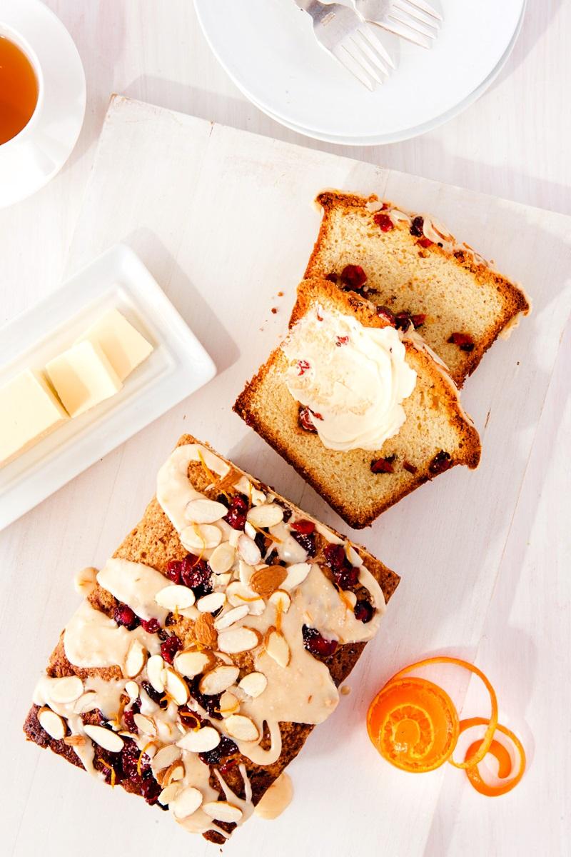 Recette de gâteau aux canneberges et à l'orange sans produits laitiers avec glaçage au gingembre et à l'orange