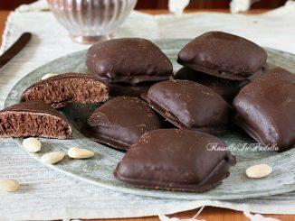Mostaccioli al CAFFE morbidi. Una variante dei mostaccioli classici, alle mandorle e cioccolato. Qui il binomio caffè-cioccolato risulta vincente, una versione nuova ed aromatizzata che farà furore sulle tavole delle feste Natalizie.
