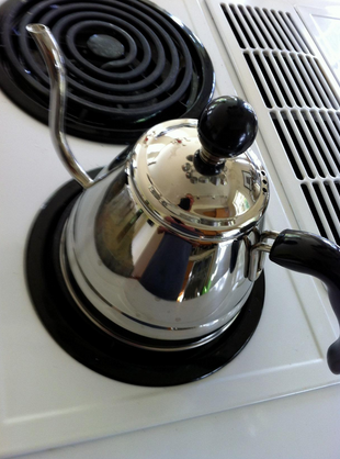 fino verser sur le café et la bouilloire