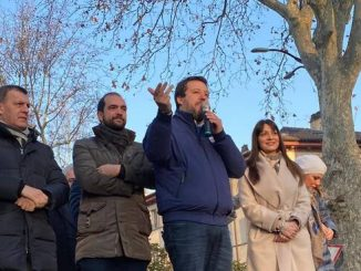 Salvini sul pubblico passeggio