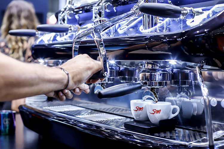 Le modèle V6 La San Marco à deux banques - Machines à café San Marco Festa depuis 100 ans, chiffre d'affaires de 5%