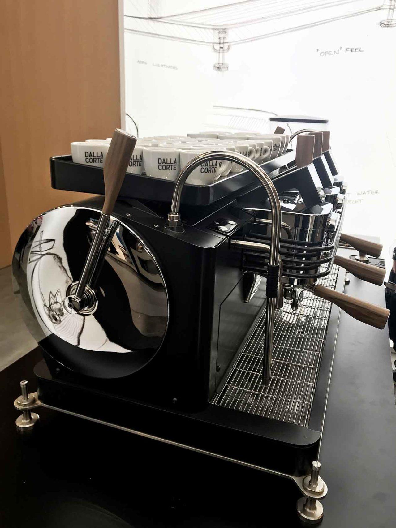 """machine à café expresso """"class ="""" wp-image-270147 """"srcset ="""" https://www.shop-ici-ailleurs.com/wp-content/uploads/2020/02/1582907279_537_Cafe.-Qui-a-invente-l39espresso.jpg 1280w , https://www.scattidigusto.it/wp-content/uploads/2020/02/nacchina-caffe-espresso-dalla-corte-320x427.jpg 320w, https://www.scattidigusto.it/wp-content/ uploads / 2020/02 / nacchina-espresso-espresso-dalla-corte-80x106.jpg 80w, https://www.scattidigusto.it/wp-content/uploads/2020/02/nacchina-caffe-espresso-dalla-corte -768x1024.jpg 768w, https://www.scattidigusto.it/wp-content/uploads/2020/02/nacchina-caffe-espresso-dalla-corte-1152x1536.jpg 1152w, https://www.scattidigusto.it /wp-content/uploads/2020/02/nacchina-caffe-espresso-dalla-corte-696x928.jpg 696w, https://www.scattidigusto.it/wp-content/uploads/2020/02/nacchina-caffe- espresso-dalla-corte-1068x1424.jpg 1068w, https://www.scattidigusto.it/wp-content/uploads/2020/02/nacchina-caffe-espresso-dalla-corte-315x420.jpg 315w, https: // www.scattidigusto.it/wp-content/uploads/2020/0 2 / nacchina-espresso-dalla-corte-960x1280.jpg 960w, https://www.scattidigusto.it/wp-content/uploads/2020/02/nacchina-caffe-espresso-dalla-corte.jpg 1365w """" tailles = """"(largeur max: 1280px) 100vw, 1280px"""