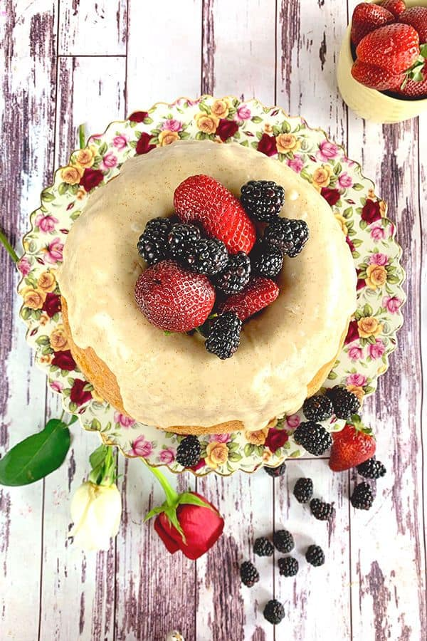 Regardant vers le bas sur un gâteau de livre avec des fraises et des mûres au centre.