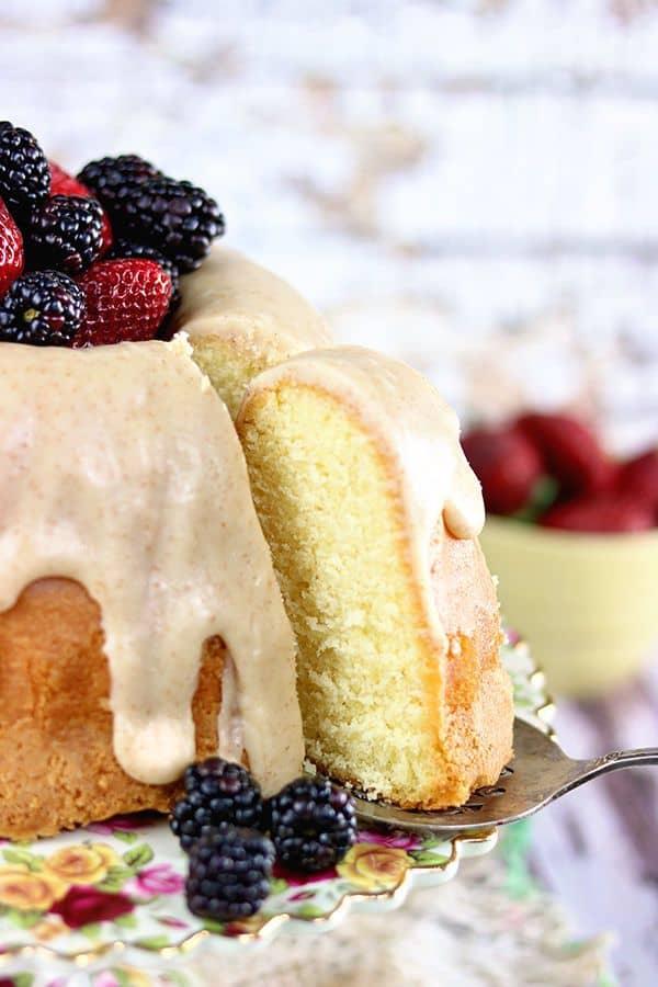 Une tranche de gâteau au babeurre servi.