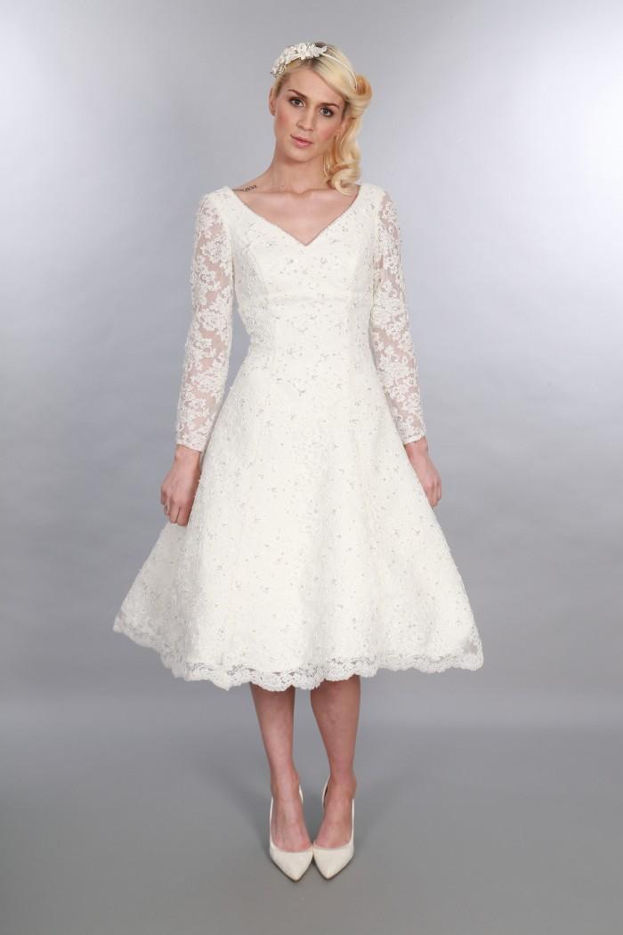 Gillian, Intemporel Chic Thé Longueur Vintage Inspiré Col En V Robe De Mariée Courte À Manches Longues Embellissement Diamante (2)