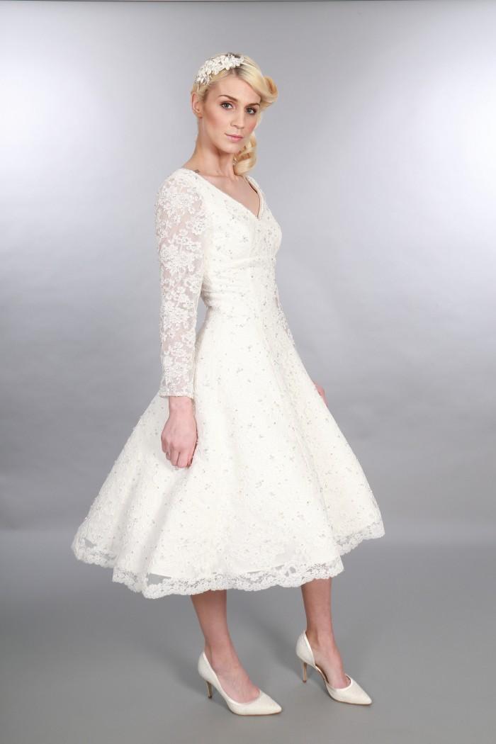 Gillian, Intemporel Chic Thé Longueur Vintage Inspiré Col En V Robe De Mariée Courte À Manches Longues Embellissement Diamante (1)