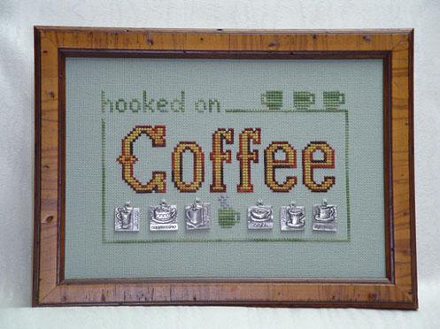 cliquez ici pour agrandir l'image de Hooked on Coffee w / charms (tableau avec charms / boutons)
