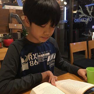 이번주 마무리도 아들과 책읽으러 ^^ 일요일 친구들과 미리 약속하고 자전거 타러 나가서 노는 조건으로 저녁에는 책읽으러 아빠와 약속했어요 아빠와의 약속 지키려고 나온 아들램 ^^ 책은 ...