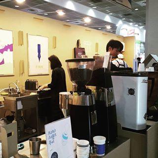 피어커피!♡ 친절한 바리스타님들 커피엑스포에서 보니 더 반가웠어요^^ 역시나 인기 최고.방문객 많아서 바쁘고~ 뭣보다.커피 진짜 진짜 제일 맛있었다구요!! 시음도 해보고 결국엔 ...