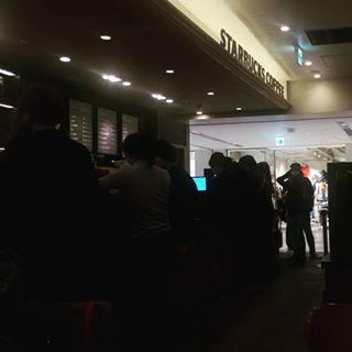 아시아에서 (한국,일본) 가장 성공한 미국 브랜드는 스타벅스가 아닐까 싶다. 줄서있는 것 좀 보소. #먹스타그램 #맛스타그램 #커피스타그램 #커피 #카페 #카페스타그램 #먹부림 #별다방 ...