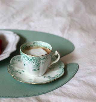 . (샤샤's 굿모닝 커피 한 잔) _ 저녁에 산책을 나갔다가 착한 가격에 싱싱해 보이는 딸기가 있어 데려왔는데 손질하면서 반은 버렸다. 속상했다. _ • 딸기로 배운 몇 가지 1. ...