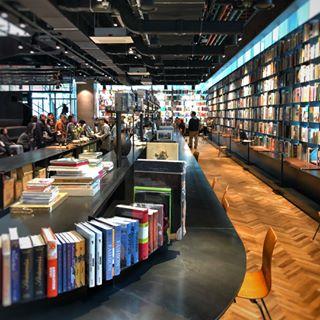 널찍한 공간감과 주말의 한적함이 가득했던 테라로사 포스코점 . . 이제 사람들에게 알려지면 한적함은 사라지겠지만 . 조용히 일하기 좋았던 working spot . 책값만3억이 ...