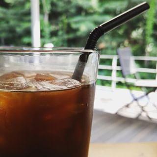 Ces jours-ci, quand l'été chaud arrive bientôt, boire tout en regardant la forêt fraîche # Café glacé: ^ * #Avoir des vacances fraîches avec # 50% de réduction sur Americano à Yakun! #Yakun #Café # Café ...