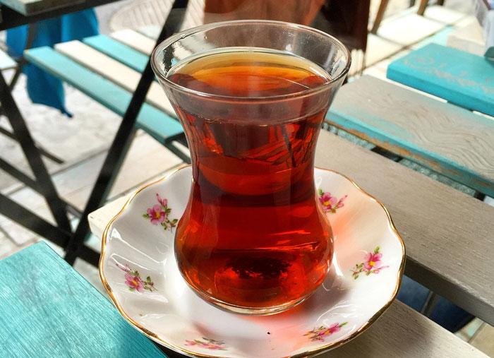 Le thé turc est toujours servi dans un grand verre