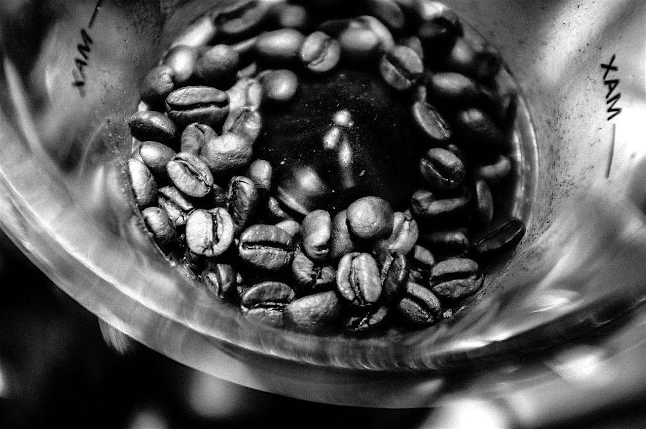 """café """"width ="""" 1310 """"height ="""" 870 """"srcset ="""" https://www.dissapore.com/wp-content/uploads/2016/06/caffè.jpg 1310w, https://www.dissapore.com/ wp-content / uploads / 2016/06 / coffee-200x133.jpg 200w, https://www.dissapore.com/wp-content/uploads/2016/06/caffè-320x213.jpg 320w, https: // www. dissapore.com/wp-content/uploads/2016/06/caffè-768x510.jpg 768w, https://www.dissapore.com/wp-content/uploads/2016/06/caffè-800x531.jpg 800w, https: //www.dissapore.com/wp-content/uploads/2016/06/caffè-300x200.jpg 300w """"tailles ="""" (largeur max: 1310px) 100vw, 1310px """"/></noscript></p> <p>La quantification du coût moyen d'une tasse suppose de devoir d'abord faire une distinction sur la nature de la matière première. Le mot café comprend toute une série de produits, des plus pauvres à la spécialité, avec une gamme de prix au kg extrêmement variable. Pour faire les comptes de la bonne, nous avons demandé de l'aide à Davide Cobelli, un entraîneur et un micro-grille avec un long militantisme derrière le comptoir d'un bar.</p> <p>Pour les produits les plus pauvres, les prix de vente en grande distribution se situent autour de 4/5 euros le kg, jusqu'à 21 euros pour un café de spécialité de bonne qualité. Si nous parlons d'excellence et de rareté, le prix augmente évidemment. L'écart extrême sur le prix du café vert est lié à l'origine de la matière première, mais aussi à la manière dont il est sélectionné et transformé.</p> <p>Les cafés les plus ringards sont souvent vieux de plusieurs années, stockés dans l'entrepôt et immenses sur le marché suivant la logique d'une marchandise. Dans ces cas, nous parlons de produits que nous pourrions définir comme un recueil des défauts, ces cafés présentent en fait toute une série d'altérations de la matière première pour les raisons les plus disparates, que nous pouvons brièvement attribuer à la zone d'origine, aux conditions dans lesquelles la collecte a lieu et à la phase de stockage conséquente. Donc en bref, si j'ai un café de mauvaise qualité"""
