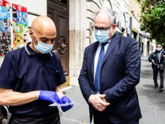 Il siparietto di oggi pomeriggio - Il ministro si ferma per un caffè e calcola i bonus al barista